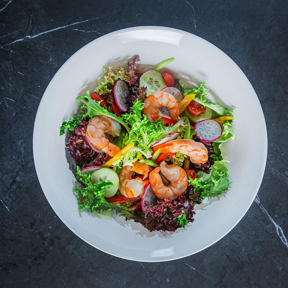Šviežių daržovių salotos su krevetėmis ir baltojo balzamiko acto užpilu