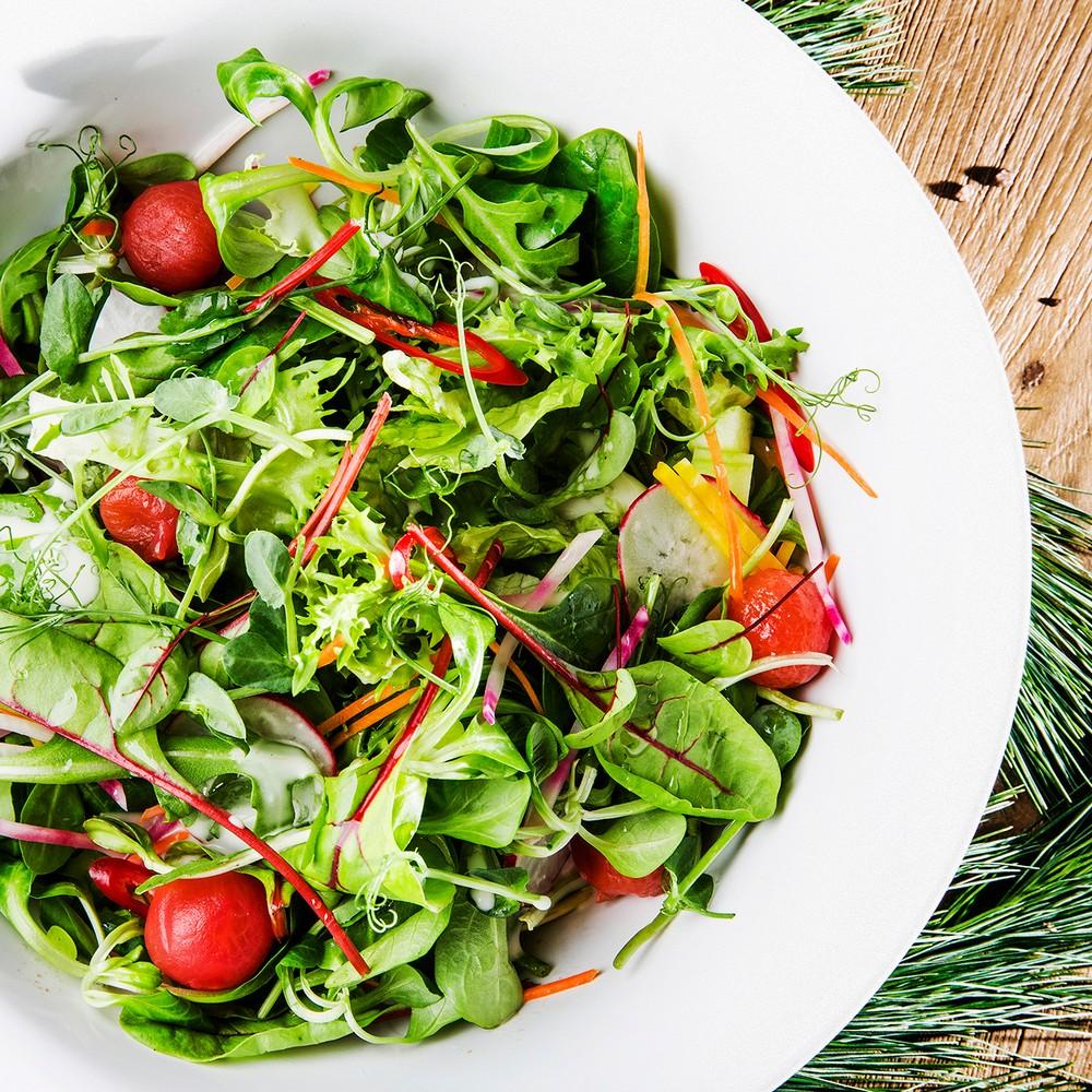 Šviežių daržovių salotos su baltojo balzamiko acto užpilu