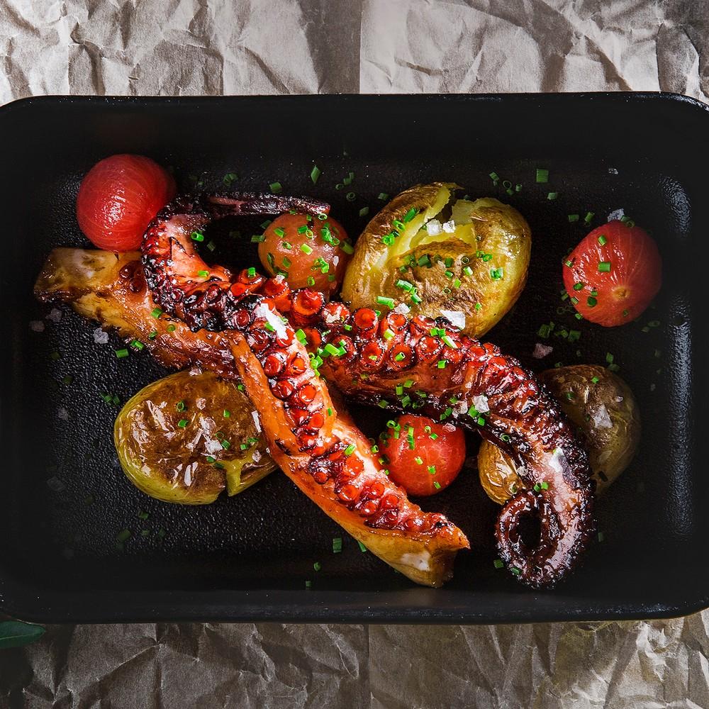 Aštuonkojų užkandis su traiškytomis mažomis bulvytėmis ir keptais mažais pomidoriukais